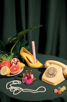 テーブルの上のファッションの豪華な配置