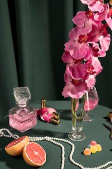 乙女チックなアレンジメントの横にあるピンクの蘭