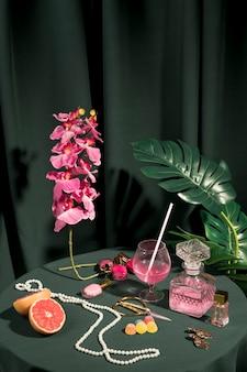 テーブルの上の美しいファッションの配置