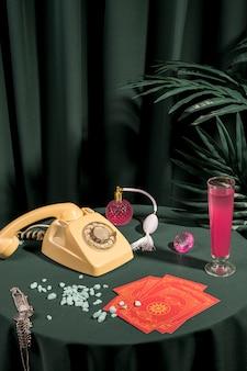 テーブルの上のカードの横にある乙女チックなアレンジメント