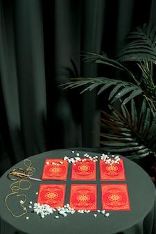 占いの赤いタロットカード