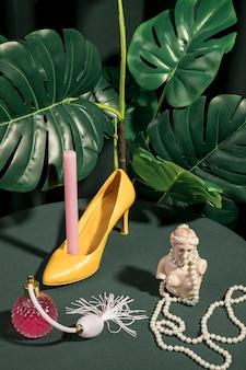 モンステラ植物の横にある乙女チックな組成