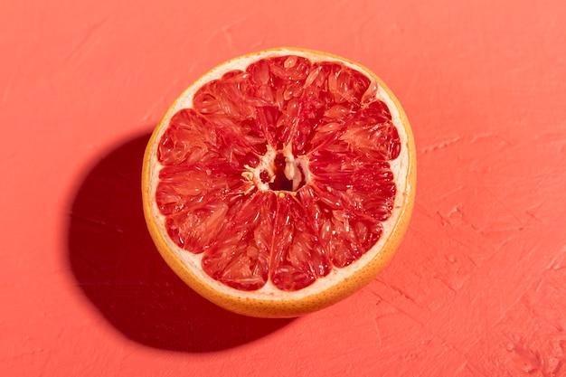 新鮮なグレープフルーツをクローズアップトップビュー
