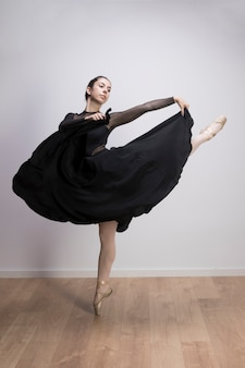 Полная балерина держит юбку