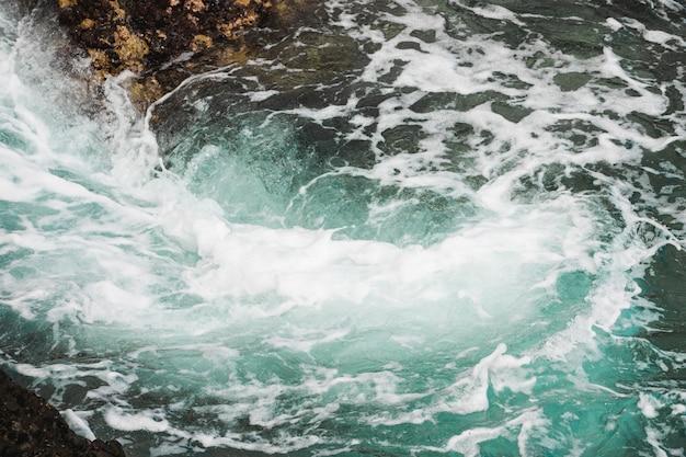 ワールプールとクローズアップの暗い波状水