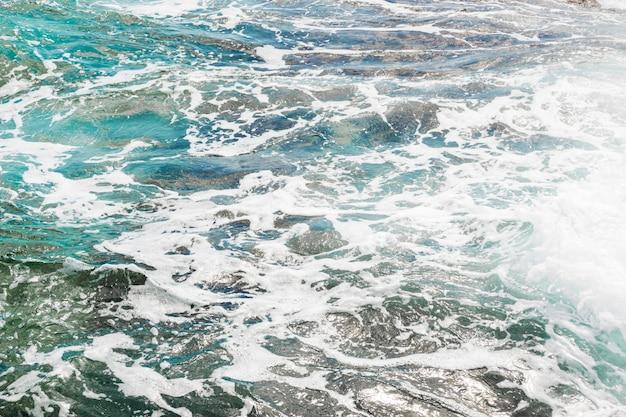 結晶水と岩が多い海岸を閉じる