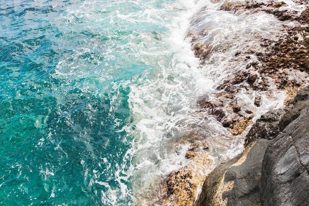 岩の多い海岸でビュー波の上