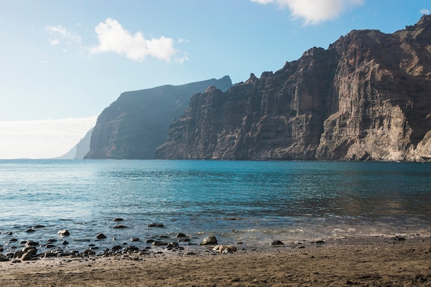 結晶水でロングショットの崖の海岸
