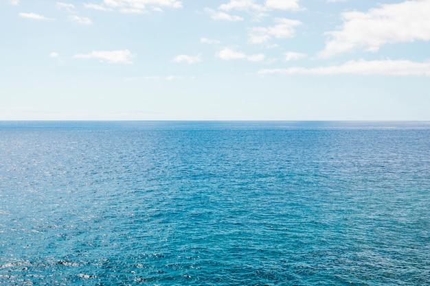Длинный выстрел морского горизонта кристально чистого моря