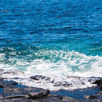 ビーチで結晶の波状水を閉じる