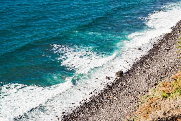 海岸で高角度のビュー結晶水