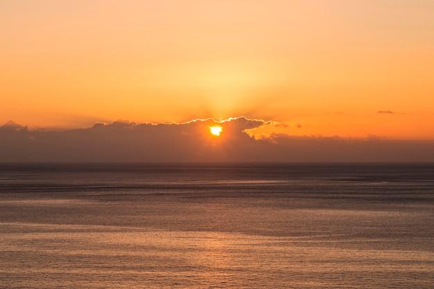 海辺に沈む夕日のロングショット