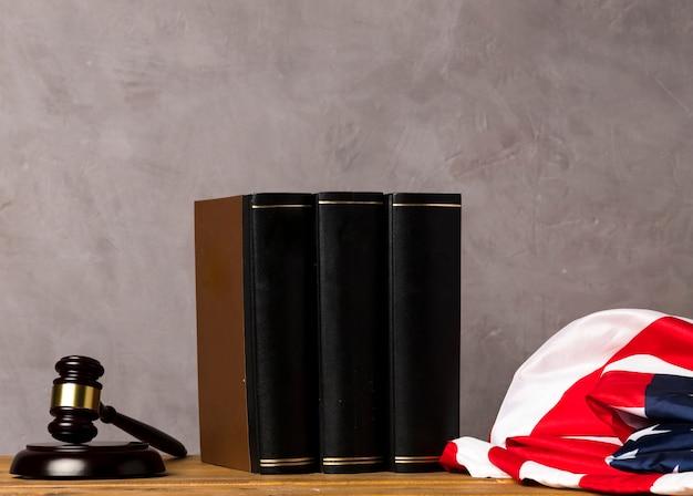 Договоренность с книгами, молотком судьи и флагом сша