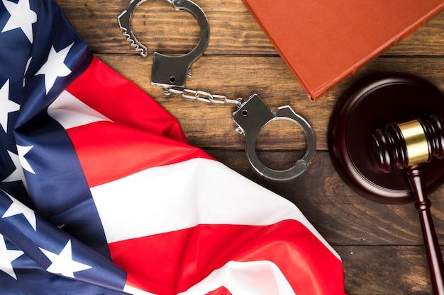 Вид сверху американский флаг с наручниками и молотком