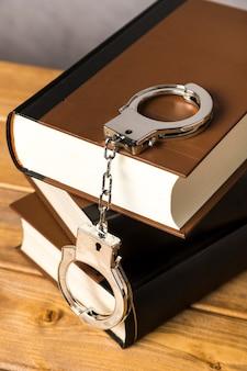 Крупный план с наручниками на книгах
