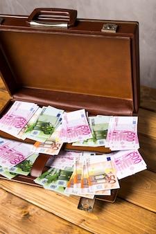 Крупный план открыл чемодан с банкнотами евро