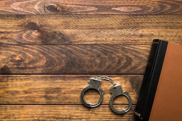 本、手錠、コピースペース付きフレーム