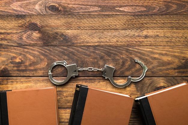 本と手錠のトップビューフレーム