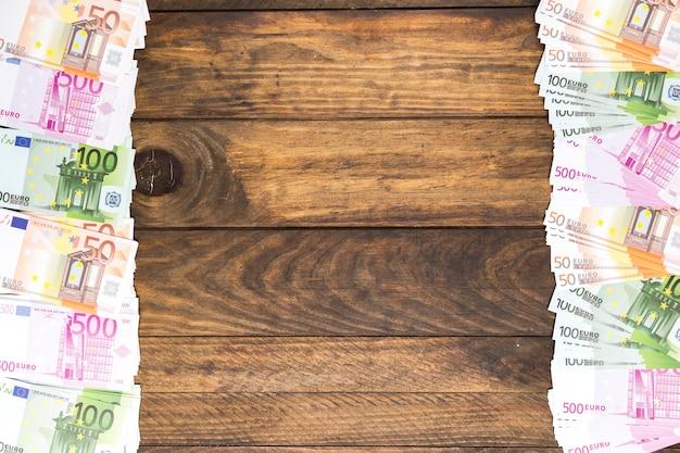 Вид сверху деньги кадр на стол с копией пространства