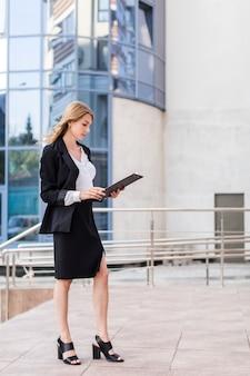 クリップボードを持つ若いビジネス女性
