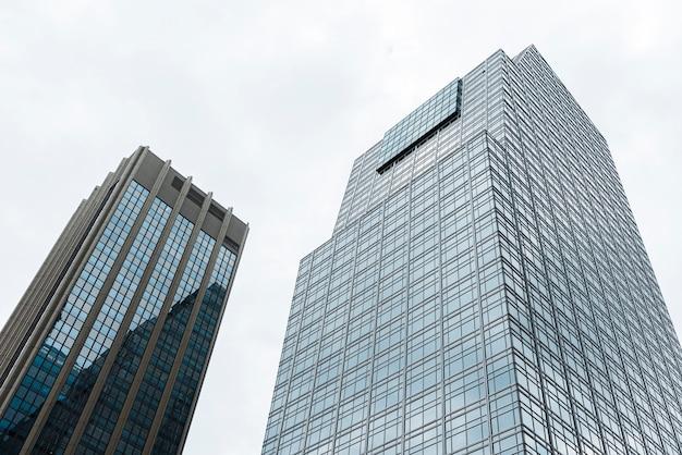 低角度のモダンな高層ビル