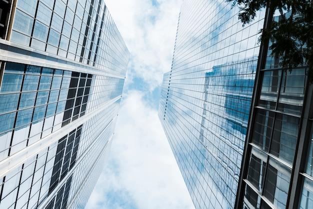 ガラス設計の高層ビルの低角度のビュー