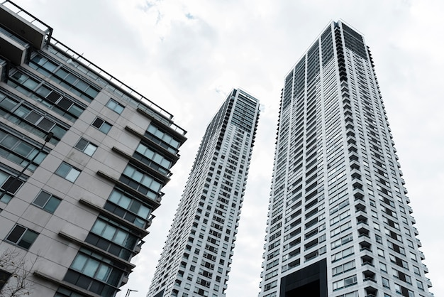 Низкий угол высотных разных зданий