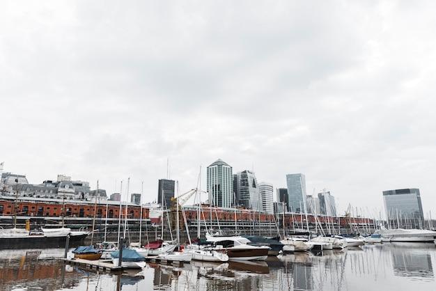 ボートで港のスカイラインの眺め
