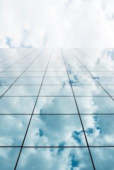 背の高いガラスの建物の低角度のビュー