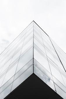 低角度の高層ビルのグレースケール