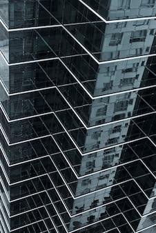 高角のガラス張りの建物