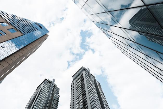 Низкий угол обзора небоскребов