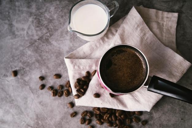 トップビューの新鮮なコーヒーとミルク
