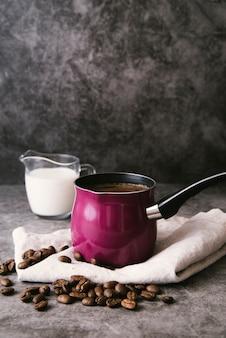 正面のコーヒーポットとミルク
