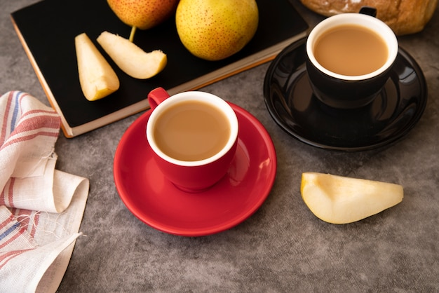 Кофе и фрукты ломтиками завтрак