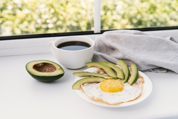 おいしいアボカドと卵の朝食