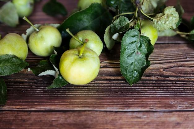 木製の背景に健康的な青リンゴ