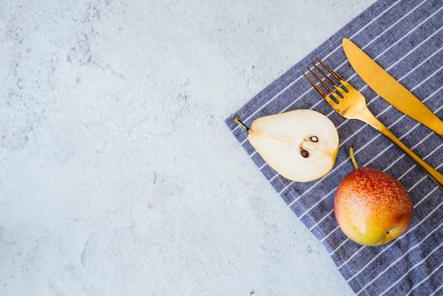 青色の背景にフルーツの朝食