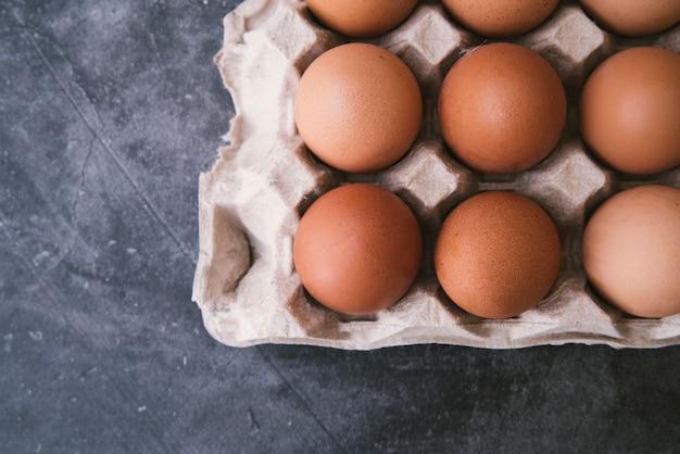Вид сверху коробки с яйцами