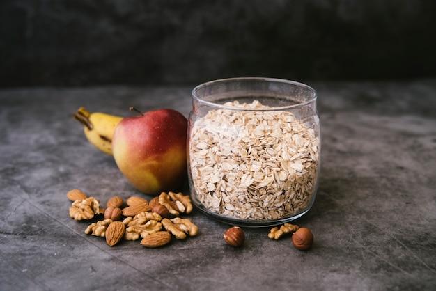 Здоровый завтрак с овсом и фруктами