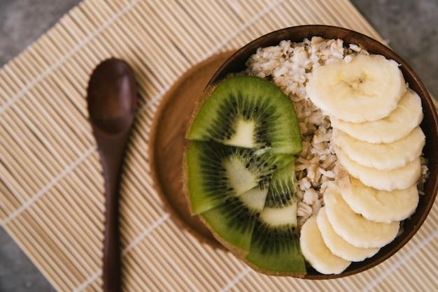 Вкусный завтрак с фруктами и овсом