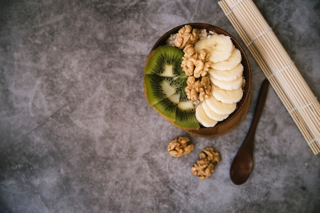 コピースペースのあるおいしいフルーツとナッツの朝食