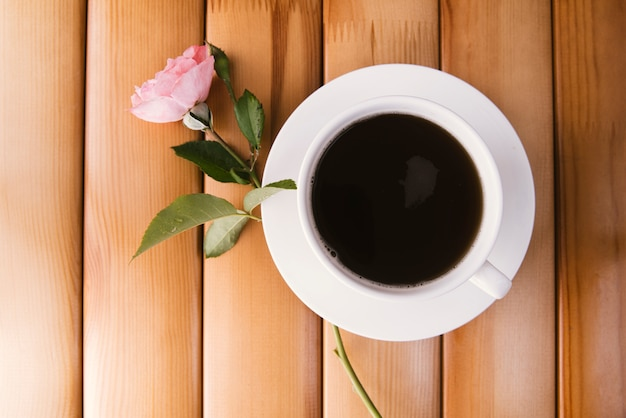 木製の背景に朝のコーヒー