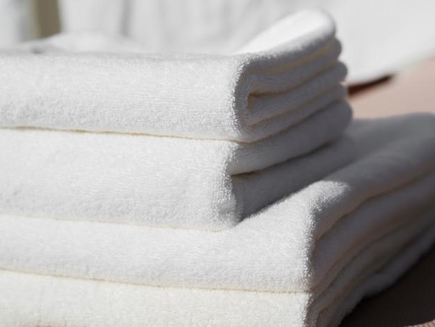 クローズアップホワイト折り畳まれたきれいなタオル