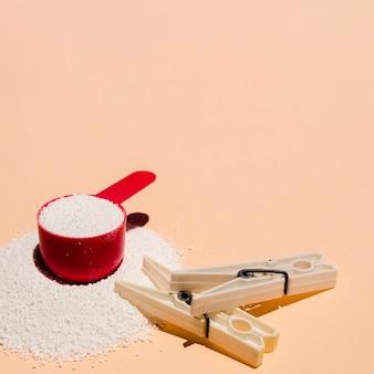 Свернутое моющее средство крупным планом с прищепкой