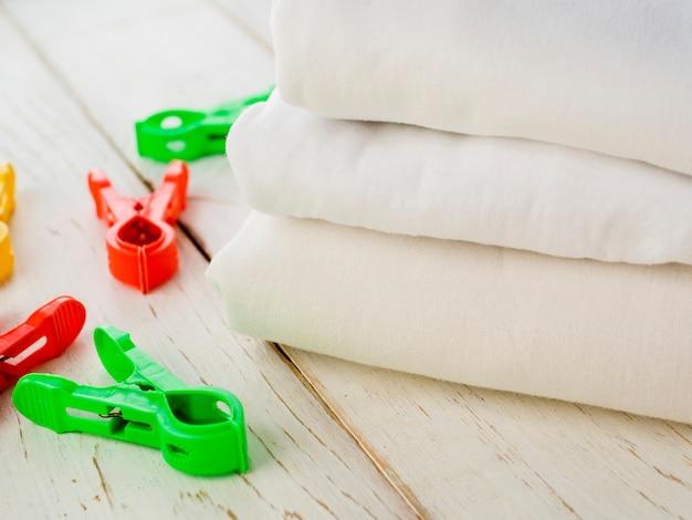 Сложенные чистые полотенца крупным планом с булавкой для белья