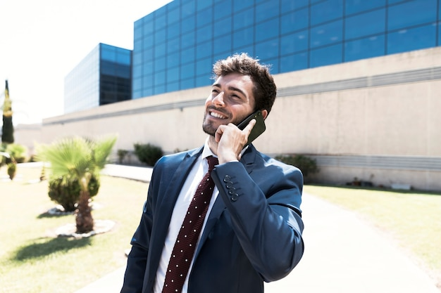 電話で話しているサイドビュー弁護士