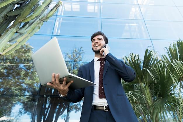 Низкий угол адвокат держит свой ноутбук