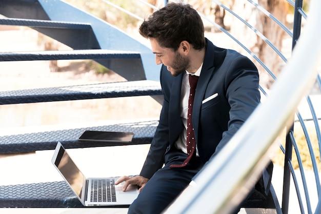 Боковой вид работающего юриста на лестнице