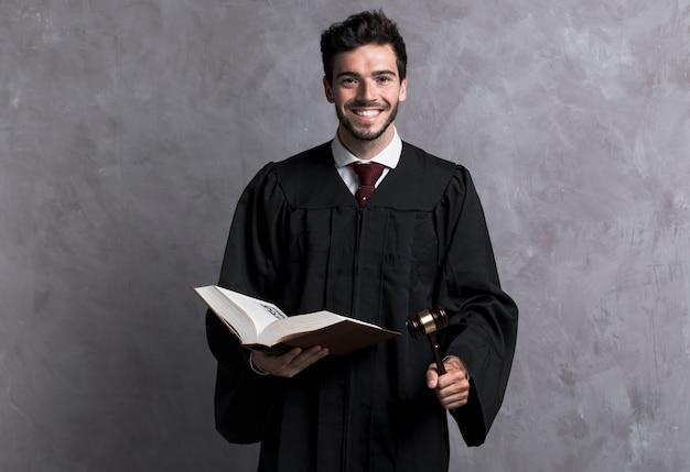 Вид спереди смайлик судья с книгой и молотком